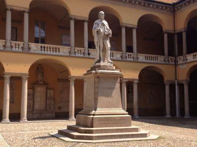 Cortile Alessandro Volta Università Pavia foto Primula, Ma Bohème