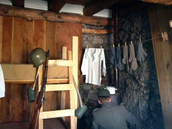 Interno della baracca degli ufficiali