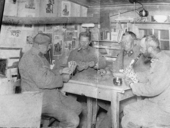 """Foto del 1915 - ufficiali nella baracca in un momento di """"relax"""" attorno al tavolo, elemento importante nella baracca"""