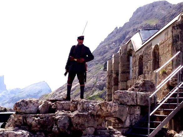 Al Forte 3 Sassi - Sentinella con uniforme degli Jäger bavaresi. Sulla destra uno scorcio del Sass de Stria