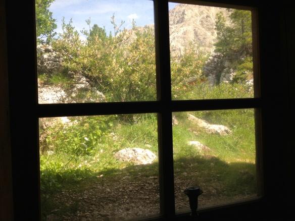 Da una piccola finestra della baracca per soldati comuni