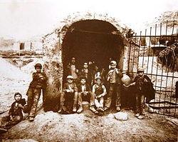 """Sicilia: """"carusi"""" all'imbocco di un pozzo della zolfara (1899)."""
