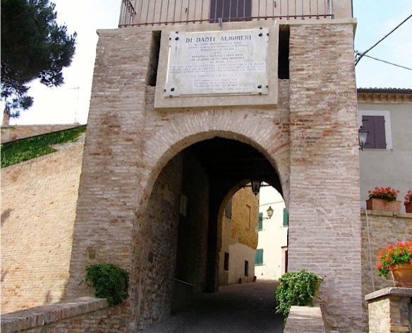 La porta d'accesso al borgo di Fiorenzuola di Focara  foto by Primula - Ma Bohème