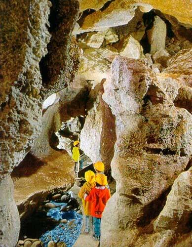"""Una """"stanza"""" all'interno delle Grotte di Onferno"""