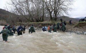 Migranti: guado del fiume Konska lungo il confine tra Grecia e Macedonia. Fonte La Repubblica, 14 marzo 2016
