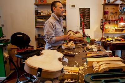 """Philippe Devanneaux al grande tavolo da lavoro. Sulla destra la """"credenzina"""" del suo maestri ungherese"""