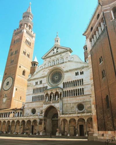 Cremona, Piazza del Duomo. Il Torrazzo e il Battistero. Agosto 2016